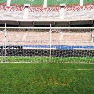 cage de foot avec filet intégré sur un stade