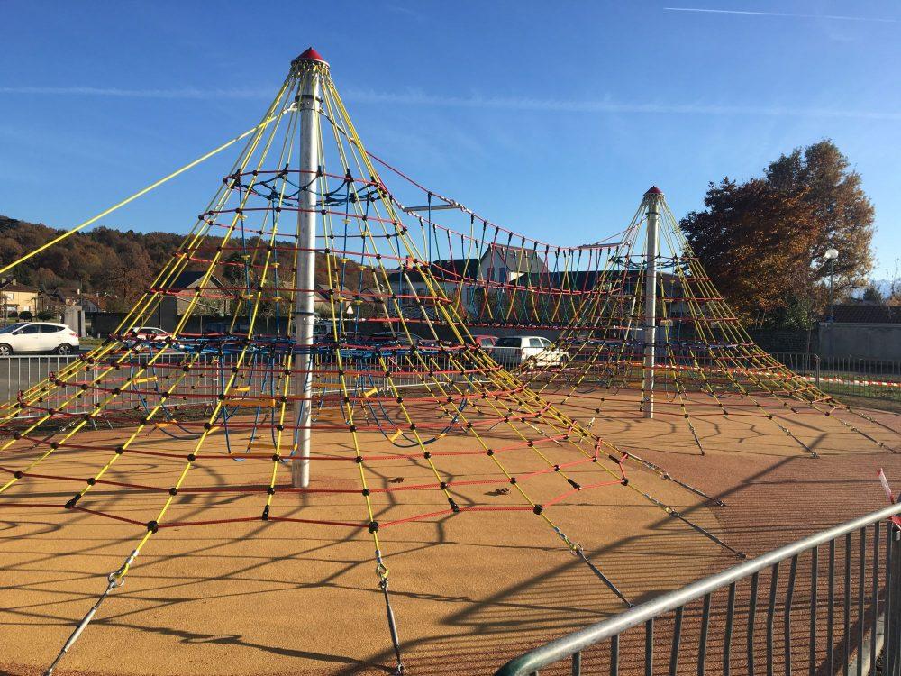 aire de jeux double pyramide Barbazan debat Haute Garonne