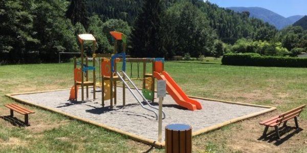 aire de jeux fougax et barrineuf en Ariège extérieur pour enfants avec toboggan et mobiliers urbains