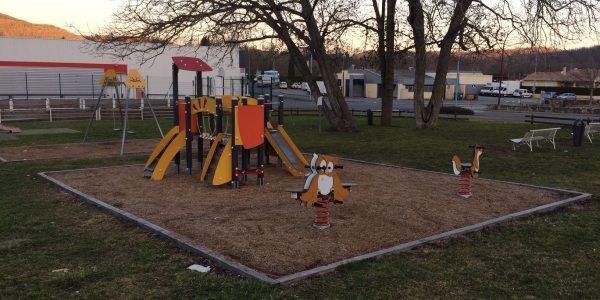 aire de jeux pour enfants avec portique