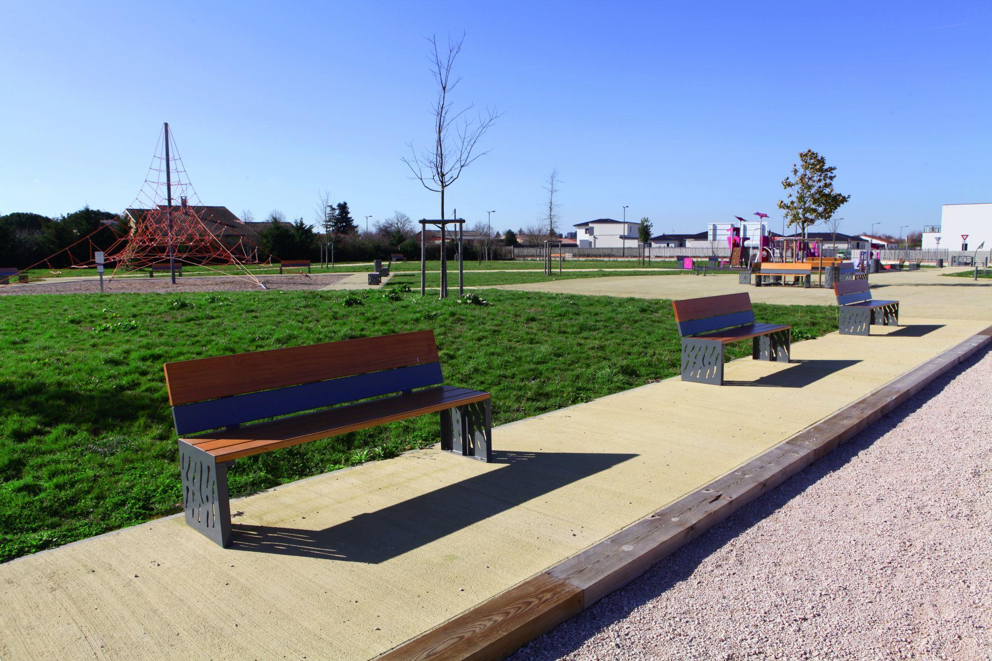 mobiliers urbains sur un aire de jeux